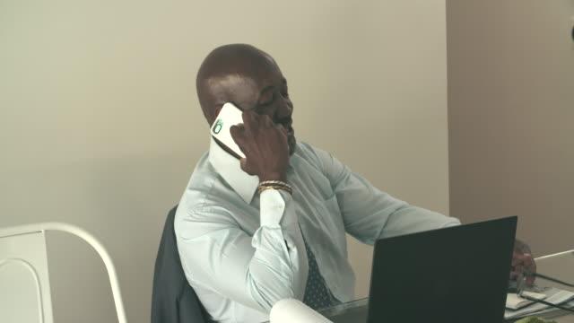 stockvideo's en b-roll-footage met cu mature businessman talking on the phone - overhemd en stropdas