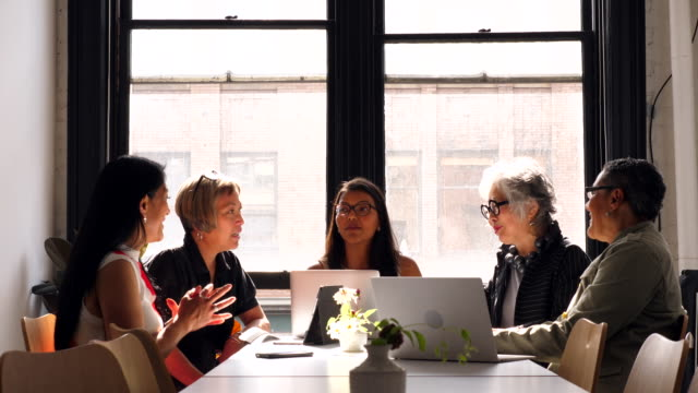 vídeos de stock, filmes e b-roll de ms mature businesswoman leading project discussion with colleagues in creative office - grupo pequeno de pessoas