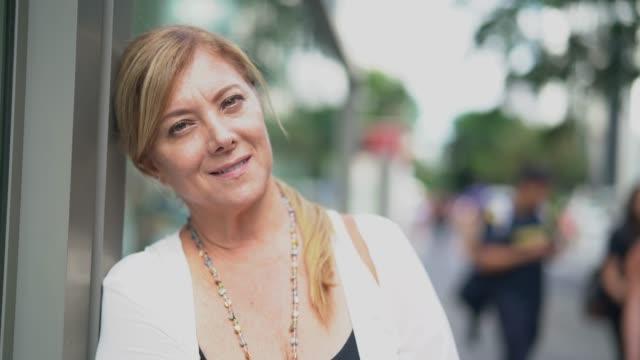 vídeos de stock, filmes e b-roll de retrato maduro da mulher de negócios na cidade - individualidade