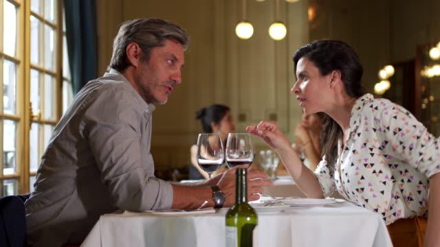 reifes paar streitet sich in einem restaurant - zwei personen stock-videos und b-roll-filmmaterial