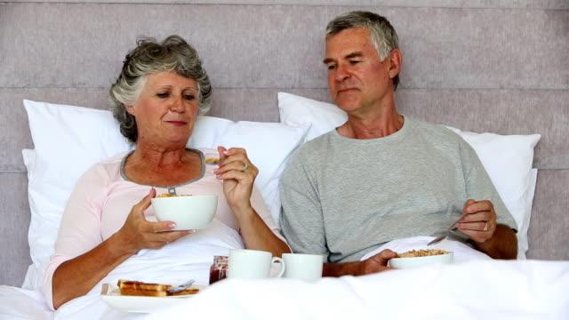 vídeos de stock, filmes e b-roll de mature couple enjoying their breakfast together - cor de cabelo