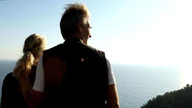 Äldre par utforska kulle ovanför Medelhavet