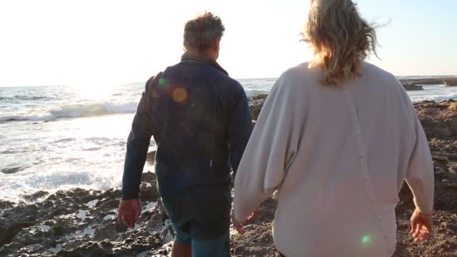 Pareja explora rocas marea