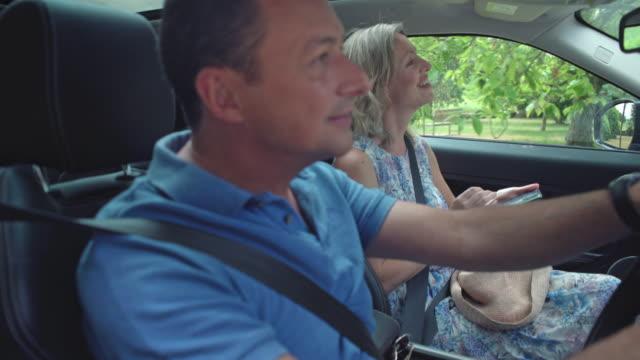 mature couple in car - 中年点の映像素材/bロール