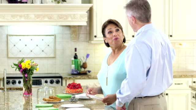 Älteres Paar in Küche, servieren Kuchen