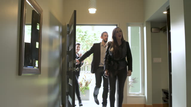 vidéos et rushes de mature couple looking around house with estate agent. - plan en travelling