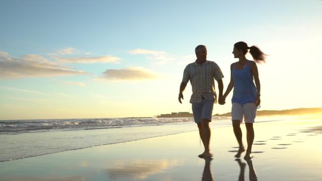 vídeos y material grabado en eventos de stock de mature couple on holiday together - 50 54 años