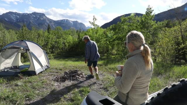 gammalt par förbereder campingplats, se förbi cykeldäck - partire bildbanksvideor och videomaterial från bakom kulisserna