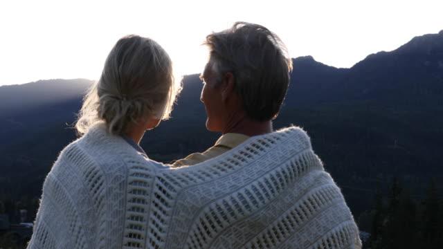 Volwassen paar Ontspan op de berghelling bij zonsopgang