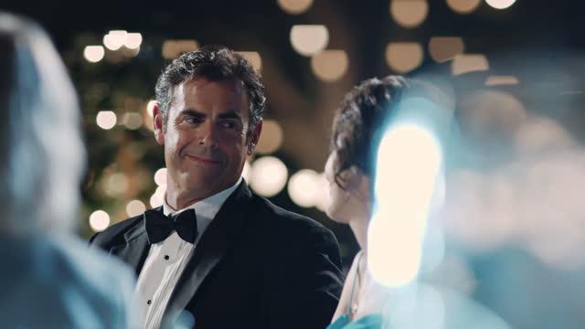 vídeos de stock e filmes b-roll de slo mo. mature couple share a loving glance at romantic wedding ceremony. - pai da noiva
