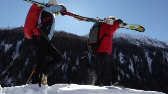 älteres paar durchqueren schnee gipfel, mit ski - skijacke stock-videos und b-roll-filmmaterial