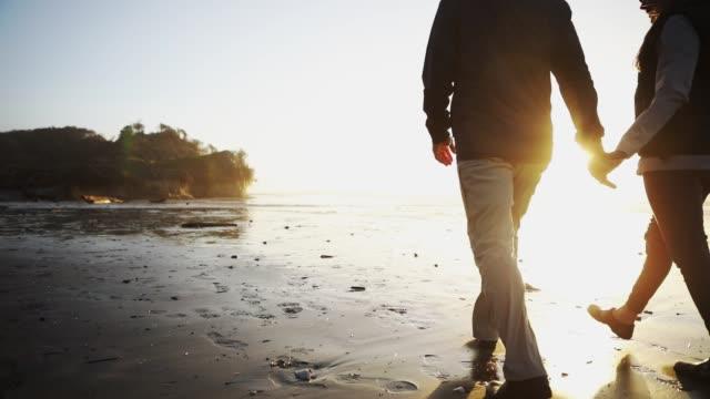 成熟したカップル歩いてサンセットオレゴンコーストビーチ - オレゴン州点の映像素材/bロール