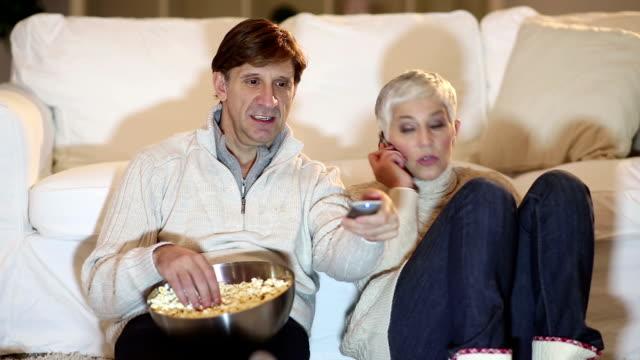 Älteres Paar beobachten Fernseher zu Weihnachten