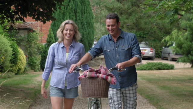mature couple with bicycle - 45 49 jahre stock-videos und b-roll-filmmaterial