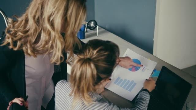 vídeos de stock, filmes e b-roll de gerente fêmea maduro que orienta o empregado novo (movimento lento) - duas pessoas