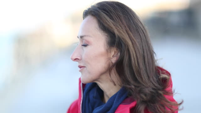 vídeos de stock, filmes e b-roll de mature female outdoors looking at view - 50 54 anos