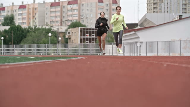 mature female runners competing on track - ランニングショートパンツ点の映像素材/bロール