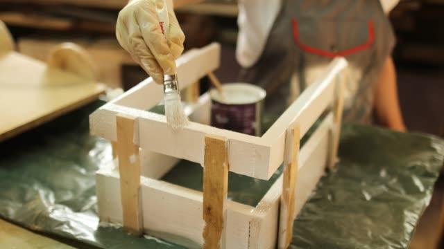 vídeos y material grabado en eventos de stock de trabajadora de la carpintería madura en su taller - bricolaje