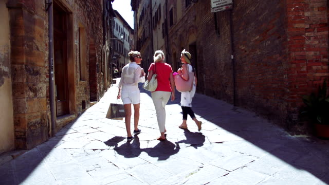 vídeos de stock e filmes b-roll de mature friends looking around old town italy - mulheres maduras