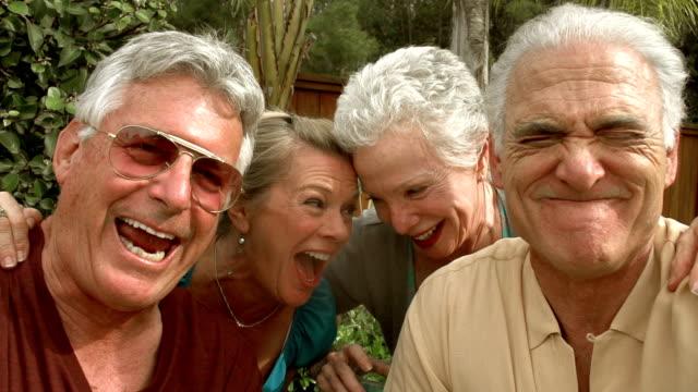 rallentatore-mature garden pool selfie - uomini anziani video stock e b–roll