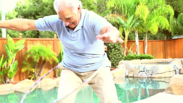 vidéos et rushes de ralenti-jardin d'âge mûr - jeune d'esprit