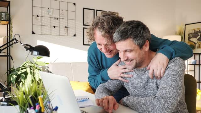 vidéos et rushes de couples gais mûrs travaillant de la maison pendant la quarantaine - adoption