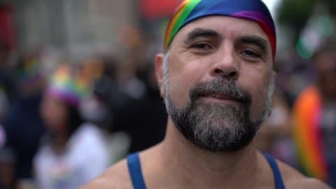 uomo gay maturo sulla parata gay - diritti lgbtqi video stock e b–roll