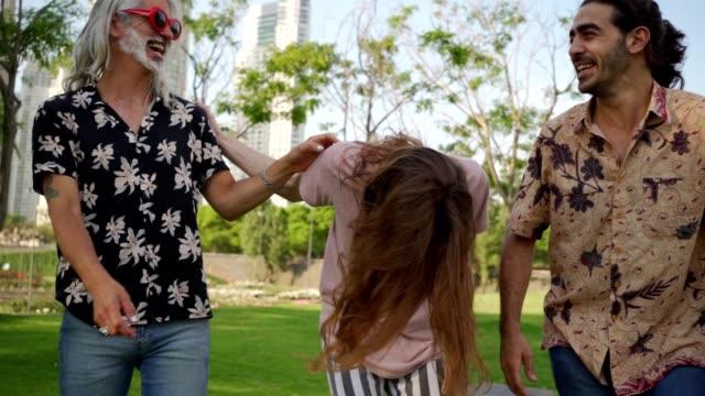 vídeos de stock e filmes b-roll de mature hipster - cabelo grisalho