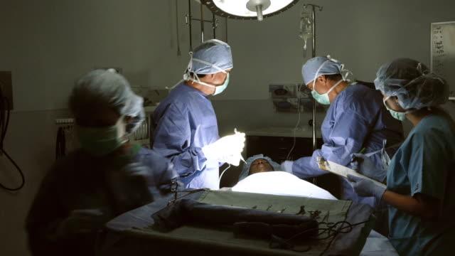 vidéos et rushes de hispanique mature chirurgien enjoint jeune infirmière asiatique - charlotte médicale ou sanitaire