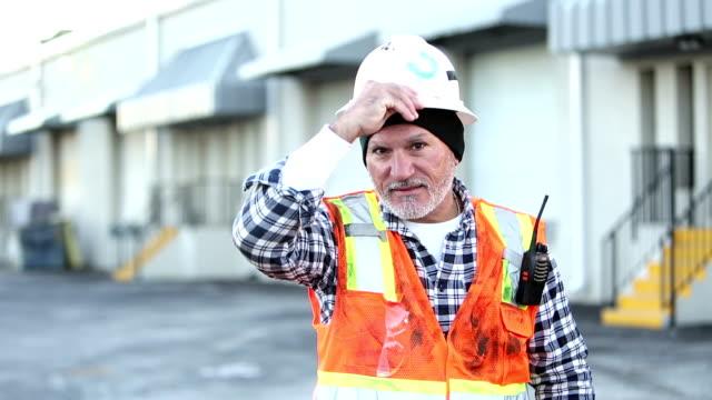 倉庫の外に立つ成熟したヒスパニック労働者 - 倉庫作業員点の映像素材/bロール