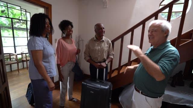 成熟したホストようこそアフリカ家族ゲスト ハウス レンタル/ベッドし、朝食宿泊施設 - パルド人点の映像素材/bロール