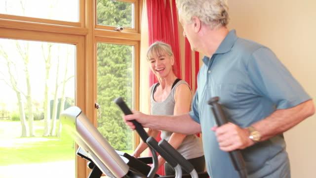 ältere männliche und weibliche fitnesstraining - heimtrainer stock-videos und b-roll-filmmaterial