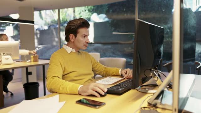 Designer masculino maduro trabalhando no Escritório de Arquitetura