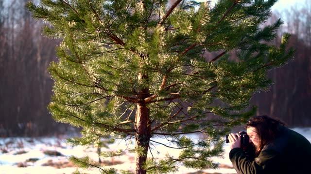 reifen mann, 50 jahre alten kaukasischen mit bart und langen haaren, fotograf, ländlichen landschaftsaufnahmen in belarus - 50 54 years stock-videos und b-roll-filmmaterial