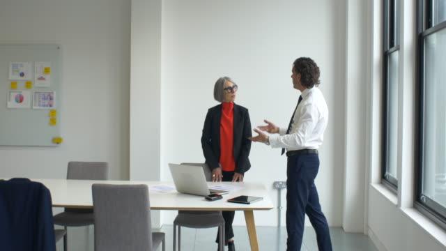 vídeos de stock, filmes e b-roll de mature man and woman in meeting. - camisa e gravata
