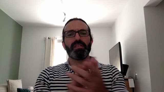 vídeos de stock, filmes e b-roll de homem maduro aplaudindo e falando durante a chamada de vídeo - ponto de vista da webcam - incentivo