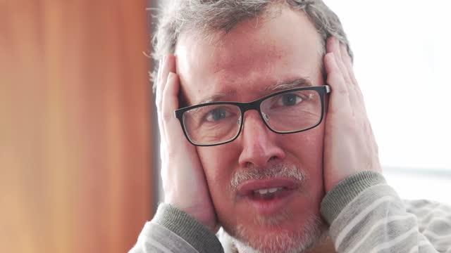 stockvideo's en b-roll-footage met rijpe mens die wordt geconfronteerd en met schok en ontkenning reageert - schizofrenie