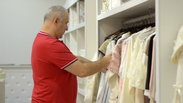 成熟した男性に女性新しい洋服のお支払いには、モールがございます。 - デザイナー服点の映像素材/bロール