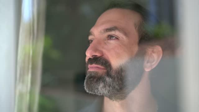 vidéos et rushes de homme mature contemplant à la maison - 40 44 ans