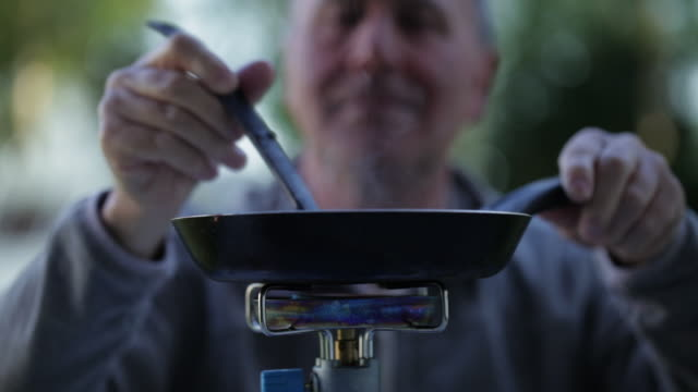vidéos et rushes de cu mature man cooking on camping stove/bungay/suffolk/uk - camping