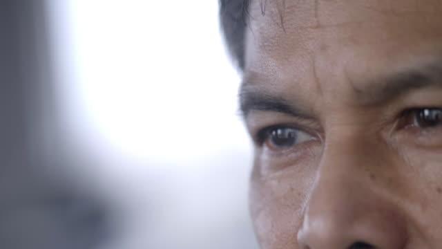 vídeos de stock, filmes e b-roll de crise do homem maduro - envelhecido efeito fotográfico