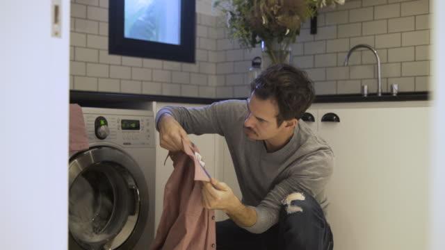 vídeos y material grabado en eventos de stock de hombre maduro lavando ropa - camiseta