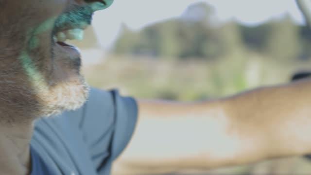 vídeos y material grabado en eventos de stock de mature man driving at sunset - sólo hombres