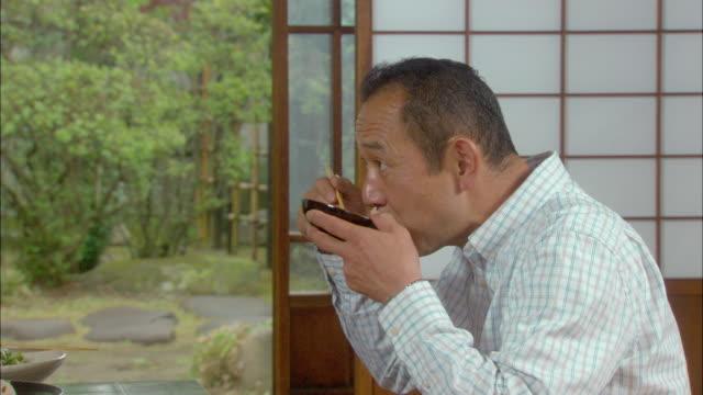 cu zo mature man eating/ tokyo, japan - 2008年点の映像素材/bロール