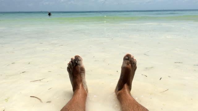 vídeos de stock e filmes b-roll de mature man enjoying relaxing on sandy beach - atitude