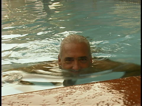 stockvideo's en b-roll-footage met mature man in pool - alleen één oudere man
