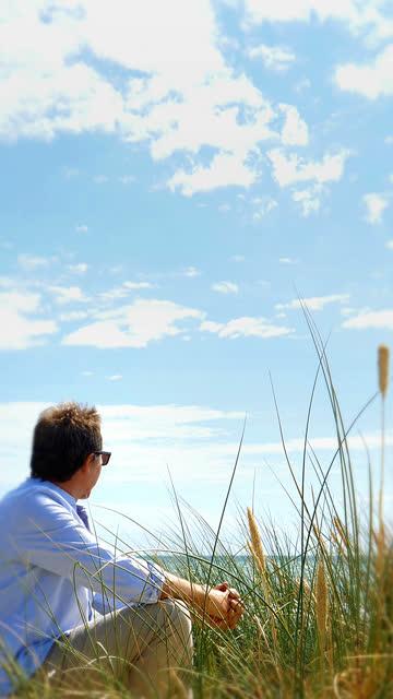 mogen man tittar på horisonten över havet. lodrätt format. - sea robin bildbanksvideor och videomaterial från bakom kulisserna