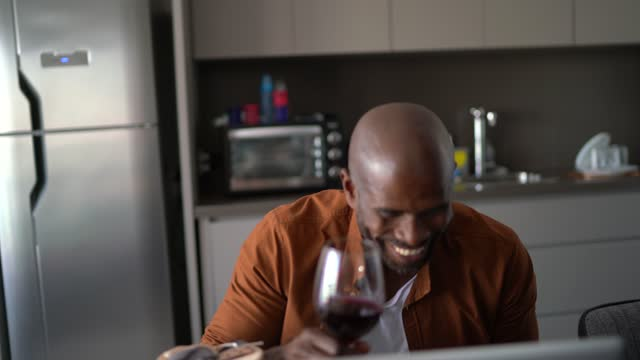 vídeos de stock, filmes e b-roll de homem maduro abrindo presente de dia dos namorados ou aniversário e mostrando durante chamada de vídeo em casa - boyfriend