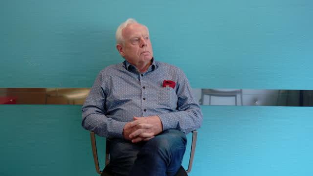 vídeos de stock, filmes e b-roll de homem maduro esperando pacientemente no hospital - ansiedade