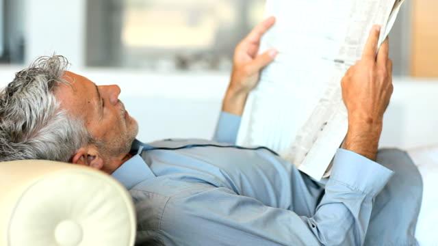 Uomo maturo lettura giornale